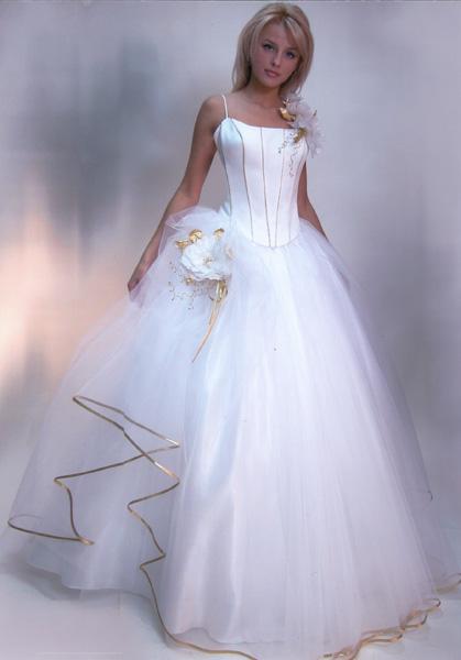 Красиво, люблю смотреть на женщин в свадебном платье, а сколько радости...
